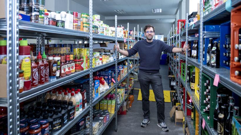 Lukas Grabenwöger, CEO von Jokr in Österreich und Zentraleuropa, im Dark Store im neunten Bezirk © Trending Topics / Julia Pabst