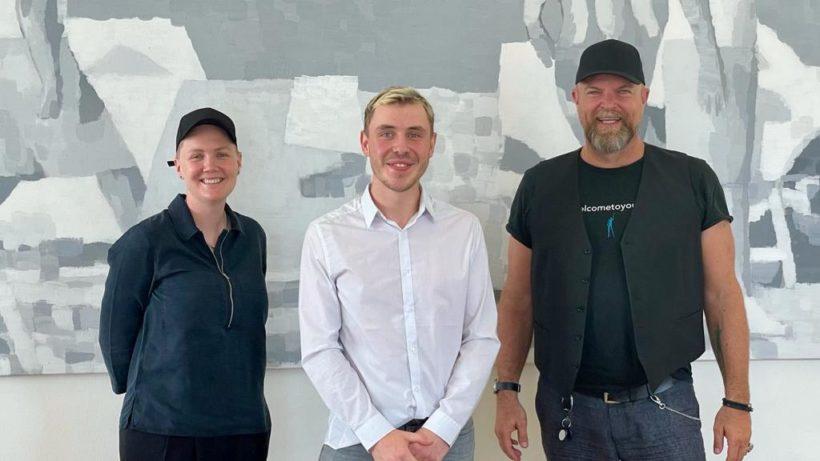 Johannes Meindl (Mitte) mit den Investoren Albert Schmidbauer und Lucia Vilsecker. © Spoondays