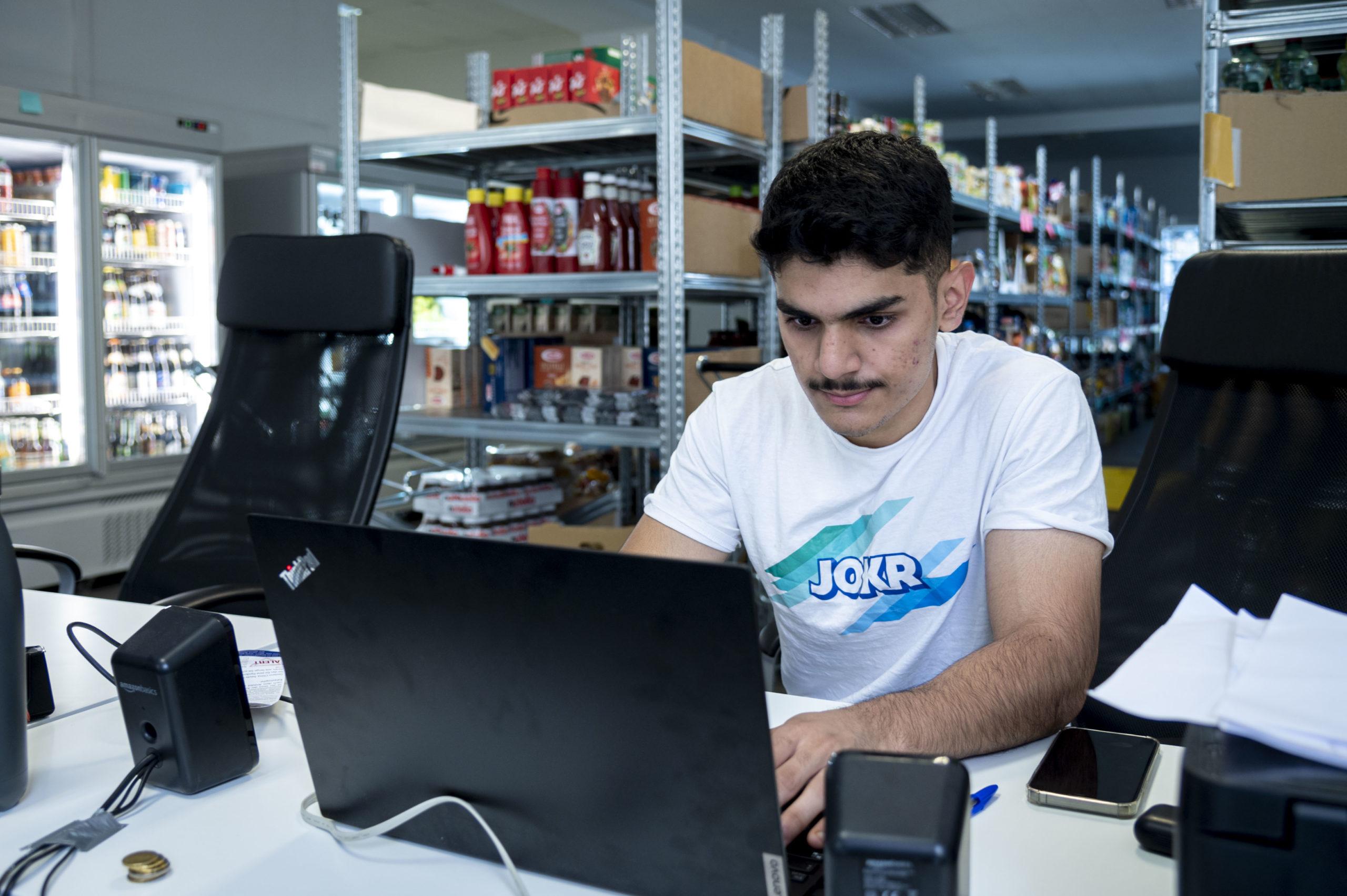 Ein Jokr-Picker empfängt eine Bestellung © PRVA Newcomers
