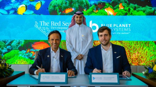 (Am Tisch sitzend) John Pagano, CEO der Red Sea Development Company und Paul Schmitzburger, CEOon Blue Planet Ecosystems © The Red Sea Development Company
